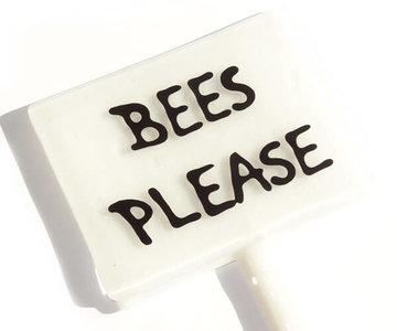 Handgemaakte witte glazen plantensteker van glas met tekst; Bees Please. Unieke tuin decoratie