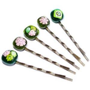Bronskleur haarschuifjes met glazen pronkstukje van groen en roze glas.