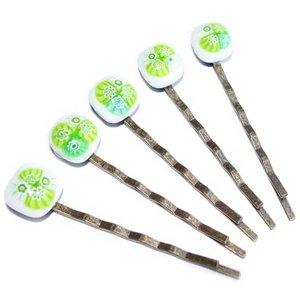 Bronskleurige haar schuifjes met handgemaakte groene millefiori glas kunstwerkjes.