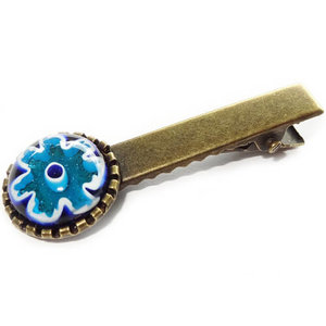Bronskleurige haarknip met blauwe millefiori glazen bloem.
