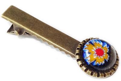 Haarknipje met een heldere blauw-geel-rode bloem
