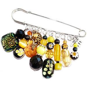 Grote speld broche met luxe glaskralen in goud, geel en zwarte kleuren. Handgemaakte kiltspeld met glaskralen uit eigen atelier