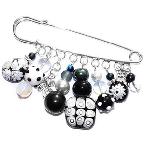 Handgemaakte grote speld/broche met allerlei zwarte, witte en grijze glaskralen!