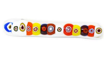 Wit dun speldje van glas met multicolor millefiori cirkels