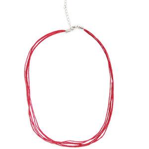 Rode halsketting van 5 dunne rode waxkoorden, 45 cm. lengte +  4 cm. verlengketting