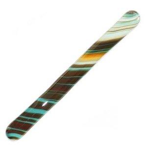Handgemaakt roerstaafje van glas in blauw, bruin, groen en oranje tinten.