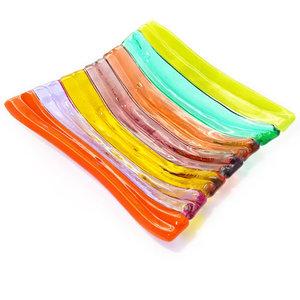 Helder gekleurde glazen schaal met kleurrijke strepen. Glasfusing schaaltje voor theezakje.