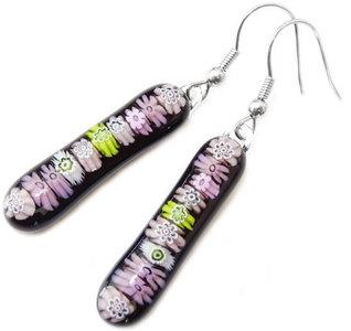 Lange glazen oorbellen van zwart glas met roze en groene millefiori bloemetjes!