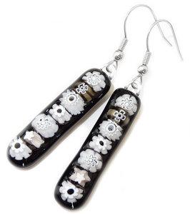 Handgemaakte lange oorbellen van zwart glas met witte millefiori figuurtjes!