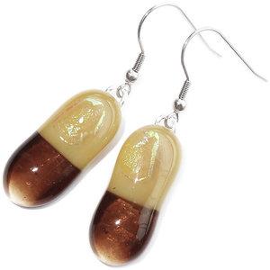 Handgemaakte lange glazen oorbellen van helder bruin met beige-cremekleurig glas!