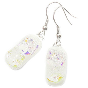 Handgemaakte witte oorbellen van speciaal glas met prachtige iriserende parelmoer gloed!
