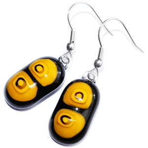 Zwart met gele glazen oorbellen. Glasfusing oorhangers uit eigen atelier.