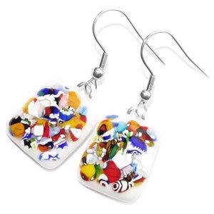 """Witte glazen oorbellen met kleurrijke """"confetti"""" accenten in het glas!"""