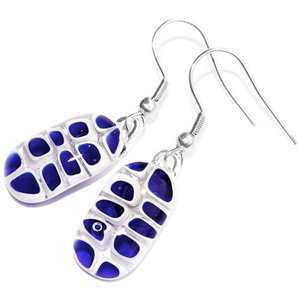 Lange blauwe oorbellen handgemaakt van blauw en wit glas.