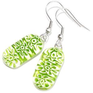 Lange groene oorbellen met groene millefiori bloemen van glas. Unieke oorhangers.