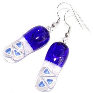 Lange blauwe oorbellen van helder donkerblauw glas met lichtblauwe driehoekjes in het glas.