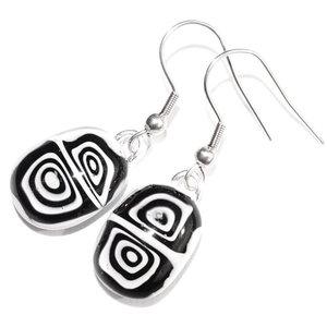 Zwart-witte oorbellen van glas. Handgemaakte glazen oorhangers uit eigen atelier. Beperkte oplage gemaakt!