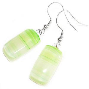 Groene oorbellen gemaakt van lichtgroen gestreept glas. Lange glazen oorhangers.