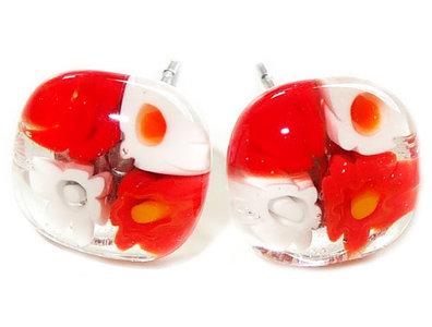 Handgemaakte wit-rode glazen oorknopjes met chirurgisch staal oorstekers!