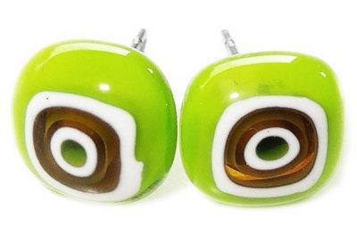 Handgemaakte groene oorknopjes van millefiori glas. RVS/chirurgisch staal oorstekers