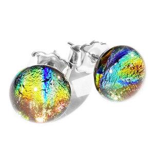 Glazen oorknopjes met rvs oorstekers. Oorknopjes van oranje-geel-groen-blauw glas.