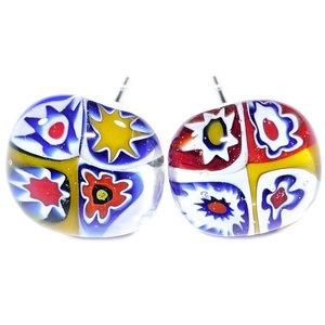 Handgemaakte glazen oorstekers van blauw, rood en geel millefiori glas.
