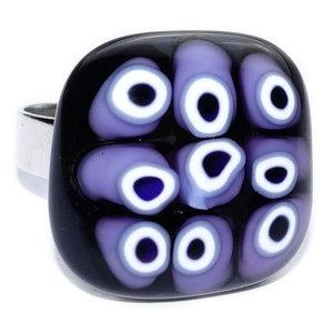 Zwarte glazen ring met lila millefiori cirkels van glas.