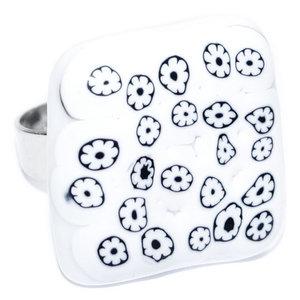 Witte glazen ring met kleine wit-zwarte millefiori bloemetjes. Verstelbare ring met glasfusing.