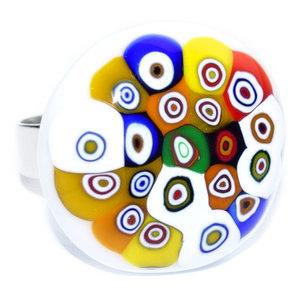 Handgemaakte retro ring van wit glas met kleurrijke millefiori cirkels.