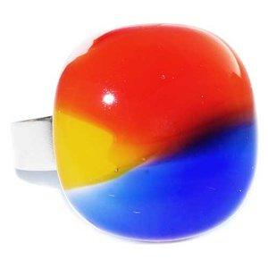 Handgemaakte glazen ring van rood, geel en blauw glas.