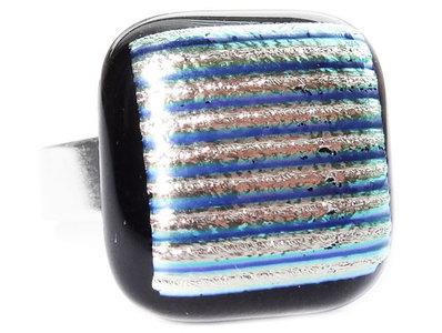Handgemaakte glazen ring van zwart glas met zilver-blauw gestreept dichroide!