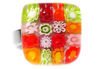 Glazen ring gemaakt van oranje,rode, groene en roze millefiori bloemen!