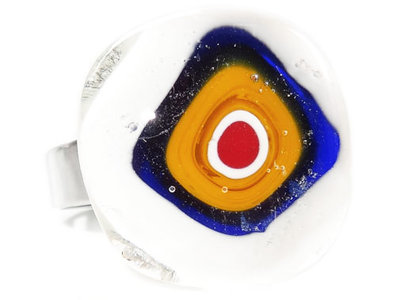Handgemaakte glazen ring met geel-wit-blauw-rode millefiori cirkel
