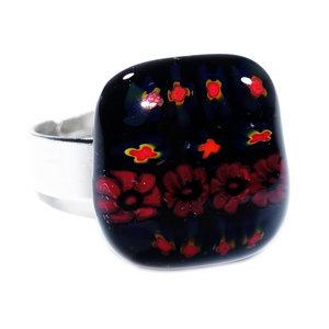 Handgemaakte glazen ring van zwart glas met rode kruisjes en bloemen.