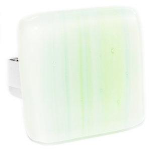Handgemaakte groene glazen ring van lichtgroen gestreept glas. Verstelbare ring.