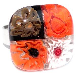 Handgemaakte glazen ring met rood, wit en zwart millefiori glas.