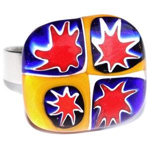 Sterren ring. Handgemaakte glazen ring van rood, geel en blauw glas met sterren!