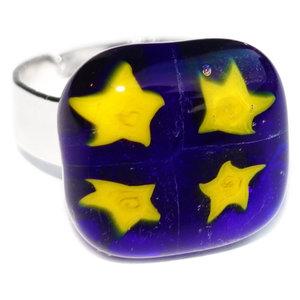 Blauw met gele ring met sterren in het glas. Verstelbare blauwe glazen ring met gele sterren!
