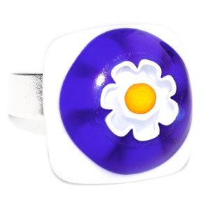 Handgemaakte glazen ring met wit-blauw-gele glazen bloem van millefiori glas.