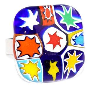 Glazen ring met gekleurde sterren van millefiori glas.