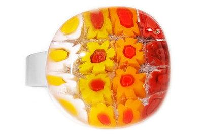 Handgemaakte ring met wit-geel-oranje-rode millefiori bloemetjes!