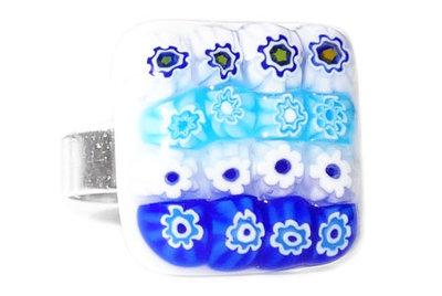 Handgemaakte (verstelbare) ring met blauwe en witte bloemetjes!