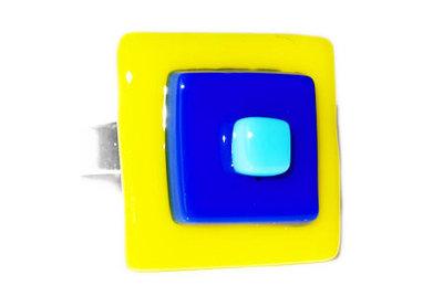 Ring gemaakt van blauw en geel glas