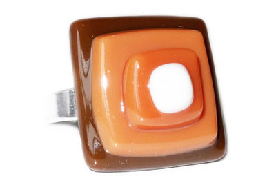 Ring van bruin en wit glas, gestapeld in laagjes!