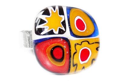 Ring met geel-blauw-rode millefiori bloem, ster en cirkels
