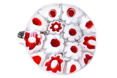 Handgemaakte kinderring met wit-rode millefiori bloemen!