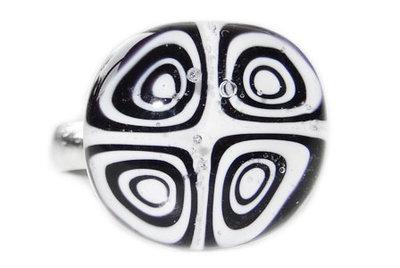 Kinderring met zwart-witte millefiori cirkels/rondjes!