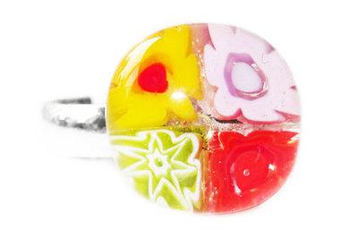 Kinderring met een geel, roze, groen en rood bloemetje