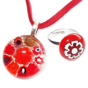 Handgemaakte kinderen sieraden set van prachtig rood glas. Rode suede veter met glazen hanger en bijpassende kinderring.