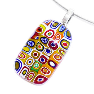 Kleurrijke glazen hanger met gekleurde millefiori cirkels. Glashanger voor aan een ketting.